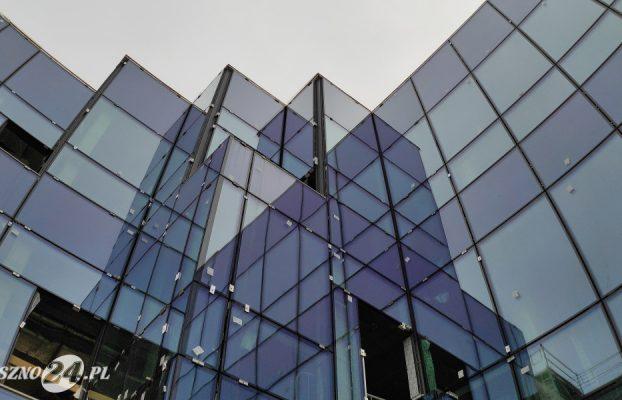 Efektowne przeszklenia łączą się z zabytkową cegłą oraz fasadą wentylowaną. Na ścianie z przeszkleniami zaprojektowano cztery małe balkony. Nowa siedziba MBP w Lesznie.